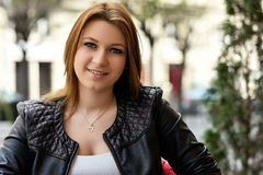 Wiosna portret atrakcyjna młoda kobieta zdjęcie royalty free