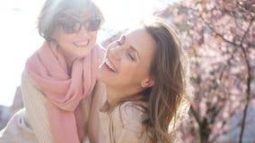 Wiosna portret dwa kobiety na tle kwitnie magnolia Matka dzień, Międzynarodowy kobieta dzień zbiory wideo