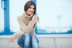 Wiosna portret piękna kobieta outdoors zdjęcie stock