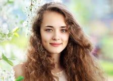 Wiosna portret piękna młoda dziewczyna z kędzierzawym włosy Obrazy Royalty Free