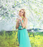 Wiosna portret piękna młoda kobieta cieszy się odorów płatki obrazy stock