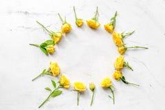Wiosna projekt z różami na białym biurka tła odgórnego widoku mockup Fotografia Royalty Free