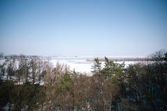 Wiosna słoneczny dzień w śnieżnym parku zdjęcia stock