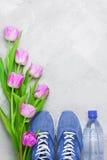 Wiosna sportów flatlay skład z błękitnymi sneakers i purpurami Zdjęcie Stock