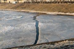 Wiosna staw i pęknięcie w lodzie Fotografia Stock