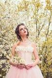 Wiosna styl Naturalna piękno zdroju terapia Wiosna wakacje prognoza pogody lata dziewczyna przy kwitnącym drzewem Kobieta zdjęcia royalty free