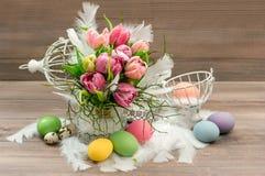 Wiosna tulipan kwitnie Wielkanocnych jajek rocznika dekorację Zdjęcie Stock