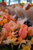 Wiosna tulipany przy na wolnym powietrzu rynkiem zdjęcia stock