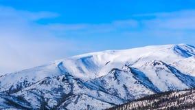 Wiosna w Alaska pustkowiu, niebieskie niebo, biel chmurnieje Zdjęcia Royalty Free