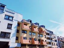 Wiosna w mieście Barwioni domy z garnkami zieleń na balkonie Obraz Stock