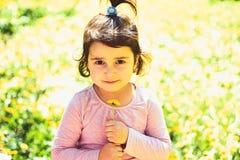 wiosna wakacje Wiosna prognoza pogody mała dziewczynka w pogodnej wiośnie Twarz i skincare alergia kwiaty zdjęcie royalty free