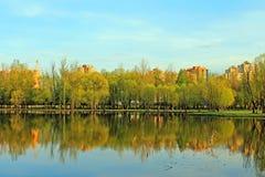 Wiosna wiecz?r na stawie w Moskwa regionie Rosja obrazy stock