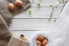 Wiosna Wielkanocny skład na białym drewnianym tle Karta Odgórny widok Obrazy Stock