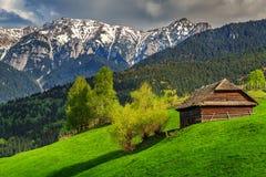 Wiosna wysokogórski krajobrazowy pobliski otręby, Transylvania, Rumunia, Europa zdjęcia stock