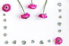 Wiosna z jaskrawymi kwiatami wyśmiewa up na kobiety biurka tła odgórnym widoku Obraz Royalty Free