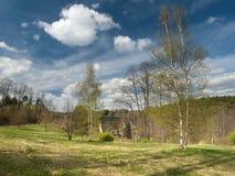 Wiosna zielony łąkowy pobliski dolinny Peklo w Machuv kraju regionie z kolejowym mostem na tle Obraz Stock
