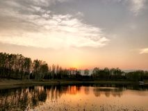 Wiosna zmierzch w Beiwu parku w Pekin Chiny zdjęcia stock