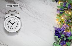 Wiosny światła dziennego oszczędzania czasu Naprzód pojęcie na szarość wykłada marmurem z bielu zegarem zdjęcie royalty free