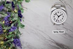 Wiosny światła dziennego oszczędzania czasu Naprzód pojęcie na szarość wykłada marmurem z bielu zegarem obraz royalty free