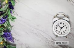 Wiosny światła dziennego oszczędzania czasu Naprzód pojęcie na szarość wykłada marmurem z bielu zegarem fotografia stock