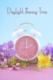 Wiosny światła dziennego oszczędzania czasu zegaru pojęcie fotografia royalty free