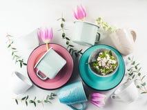Wiosny crockery pojęcie z tulipanami kwitnie pastelowego kolor obrazy royalty free