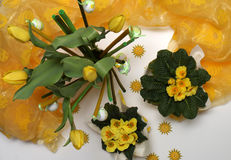 Wiosny dekoracja z żółtymi primulas i tulipanami Zdjęcia Royalty Free