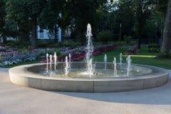 Wiosny fontanna przy ranku światłem słonecznym zdjęcie stock