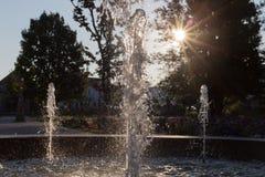 Wiosny fontanna przy ranku światłem słonecznym fotografia royalty free