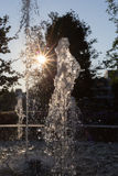 Wiosny fontanna przy ranku światłem słonecznym obrazy stock