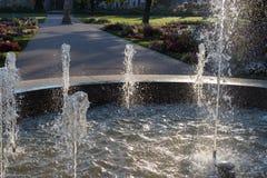Wiosny fontanna przy ranku światłem słonecznym zdjęcia stock