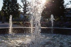 Wiosny fontanna przy ranku światłem słonecznym obraz stock
