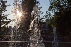 Wiosny fontanna przy ranku światłem słonecznym zdjęcia royalty free