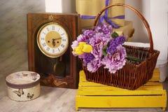 Wiosny fotografia z retro zegarowymi kwiatami w kosza pudełku zdjęcia royalty free