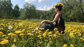Wiosny ??ka przerastaj?ca z kwiatono?nymi dandelions Pogodna wiosna w parku zbiory wideo