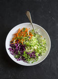 Wiosny kapuściana sałatka z kwaśnej śmietanki i mikro zieleniami Zdrowy jarski diety jedzenia pojęcie Na ciemnym tle Obraz Royalty Free