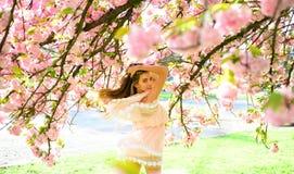 Wiosny kobieta w czereśniowym kwiatu kwiacie Zmysłowa kobieta przy kwitnąć Sakura kwiatu w wiośnie Kobieta dzień z dziewczyną w m Zdjęcia Stock