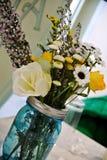 Wiosny lata dziewczyny kwiaty obraz royalty free