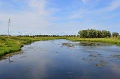 Wiosny lata krajobrazu niebieskie niebo chmurnieje rzekę obrazy royalty free