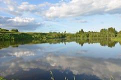 Wiosny lata krajobrazu niebieskiego nieba chmury zdjęcia royalty free