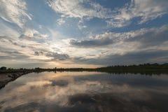 Wiosny linia brzegowa Mgłowy Halny jezioro przy wschodem słońca Zdjęcia Royalty Free