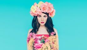 Wiosny mody dama z bukietem piękni kwiaty Zdjęcia Stock