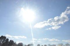 Wiosny niebieskiego nieba i światła słonecznego tło zdjęcie royalty free