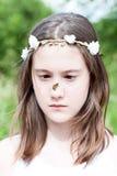 Wiosny niespodzianka Ładna dziewczyna z motylim obsiadaniem na jej n fotografia stock