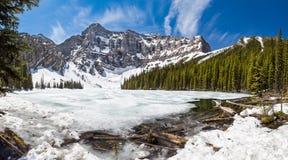 Wiosny odwilż przy Rawson jeziorem Skaliste góry - Kananaskis, Alberta, Kanada - zdjęcia stock