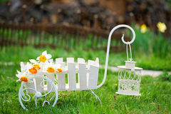 Wiosny ogrodowa dekoracja z delikatnymi kwiatami Zdjęcie Stock