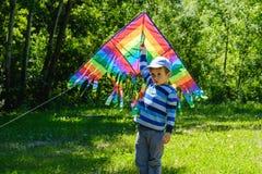 Wiosny pojęcia pomysł, wiosny tła środowisko, charakter Kania w lato chłopiec bawić się na polu, parkowy dzień, aktywność obraz royalty free