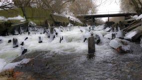 Wiosny rzeka i szybki prąd obraz royalty free