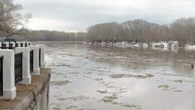 Wiosny rzeka z brudną brąz wodą, lodem i Unosić się lód zbiory wideo