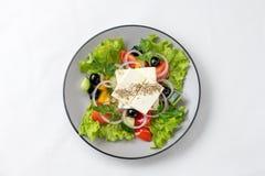 Wiosny sałatka z świeżymi warzywami, serem i oliwkami, obraz stock